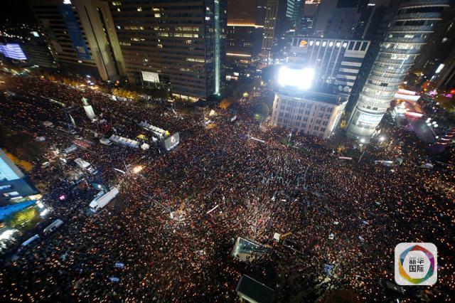 11月12日晚,人们在韩国首尔参加集会。 (新华社/路透)