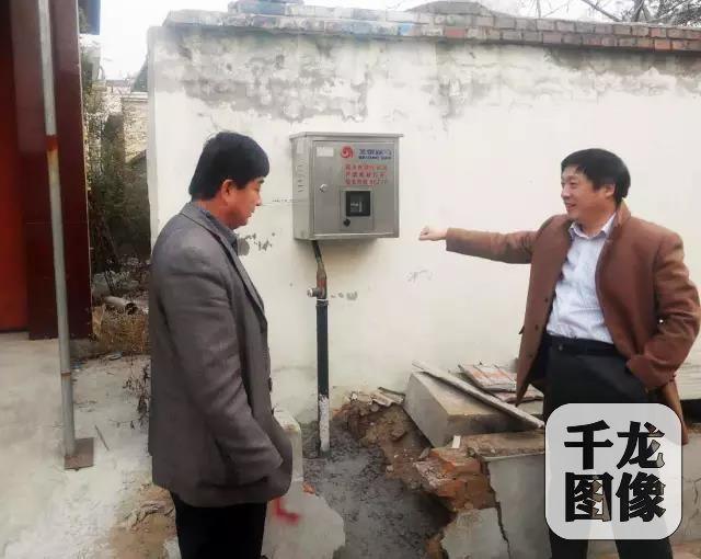 """检查""""煤改气""""项目落实情况(右为李会庆左为村主任高云彪)"""