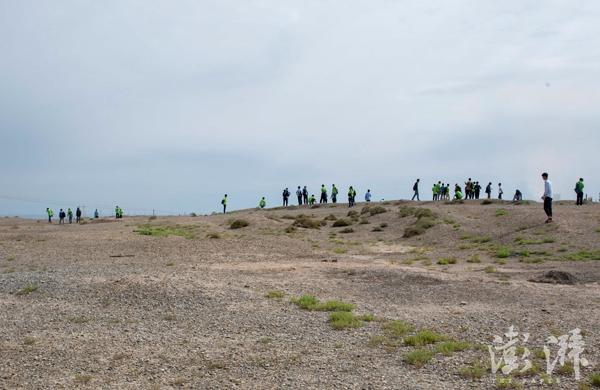 爬上核城公园的假山,后面就是一望无际的戈壁滩,在这里可以眺望远处核基地的冷却塔。据原来的居民回忆,这一片也曾是处决犯人的地方。