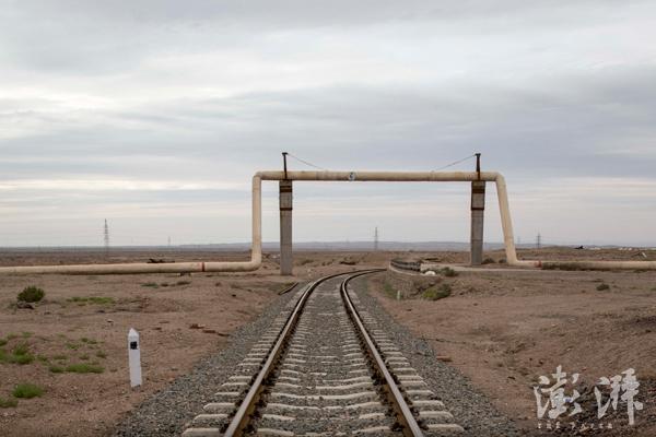 往这个方向,铁轨通往404深处。