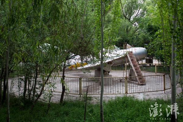 核城公园,一架停靠在树丛间的飞机。
