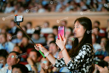 在2016 年哈尔滨太阳岛论坛上,《中国经济周刊》记者对论坛进行网络直播。