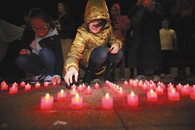 2016年10月28日晚6时30分许,青岛奥帆核心灯塔处,近百位北航校友以及市民自觉为郭川祈福。
