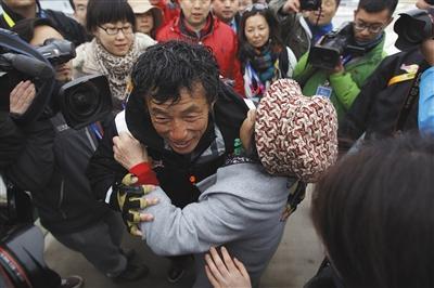 2013年4月5日,青岛,举世帆海返来的郭川与亲朋拥抱。