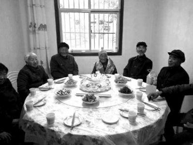 """一份华诞蛋糕,一碗长命面,家人的伴随,亲朋的祝愿,张芝桂白叟脸上绽开着幸运的微笑。11月10日,家住凤县红花铺镇长生村的张芝桂白叟迎来了105岁华诞,村里17位80岁以上的""""小寿星""""一同陪她过华诞。"""