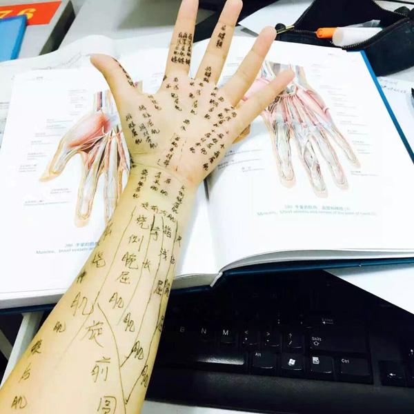 """受李雷老师的启发,南京医科大学大一新生在手臂标注各块肌肉,被大家称作""""盖世麒麟臂""""。 南医大 供图"""