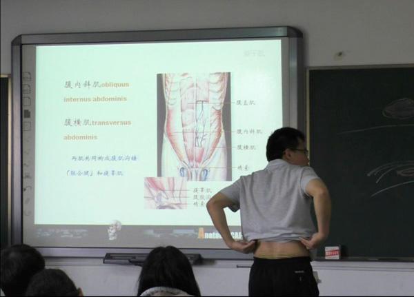 """李雷老师""""撩衣""""教学。"""