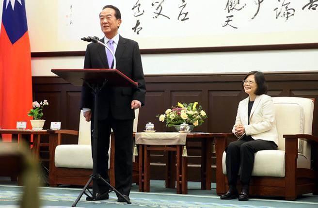 11月11日,蔡英文接见列席第24届APEC经济首体集会代表宋楚瑜等一行。