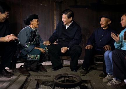 2013年11月,习近平在湖南湘西土家族苗族自治州十八洞村,与村民促膝交谈。