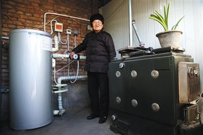 14日,通州区崔家楼村,刘奶奶摸着方才安上的氛围源热泵,本来家里的烧煤汽锅卸上去搁在阁下。