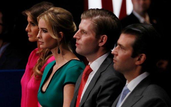 """特朗普的妻子梅拉尼娅(左一)和几位年长的子女――伊万卡(左二)、埃里克(右二)、小唐纳德(右一)都被任命为""""过渡团队""""成员。(图片来源:路透社)"""