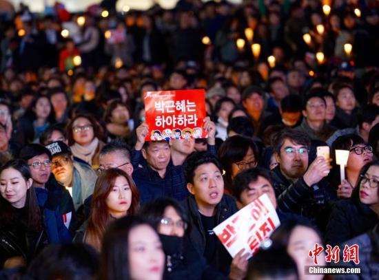 """当地时间2016年11月4日,韩国,电视在直播总统朴槿惠讲话。韩国总统朴槿惠当天发表电视直播讲话,就好友崔顺实""""幕后干政""""事件再次表达立场。视觉中国"""