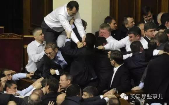 常年斗争中,议员们练就了一身功夫。