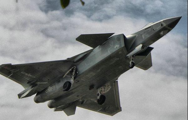 图为网友上传的最新照片显示,不久前该机进行试飞时超低空掠过头顶,那种震撼比航展更加强烈。