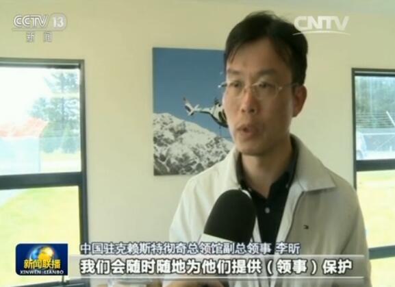 """就在中国游客有条不紊地撤离灾区时,同样被困的一个英国家庭,却深深感受到了什么叫""""孤立无援""""。"""