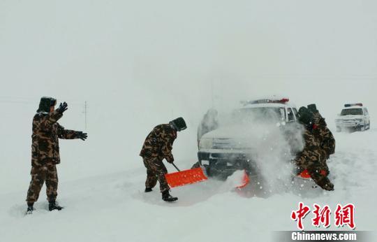 11月16日,边防官兵正在救援被困车辆。 李铭骥 摄