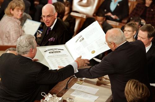 前副总统切尼和资深议员布兰迪(Robert Brady)共同清点2008总统大选的选举人票,确认奥巴马获得了总统的宝座