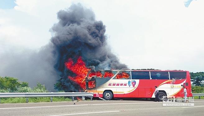 7月19日,陆客游览车在台发生火烧车事故,造成26人死亡。(图片来源:台湾《中时电子报》)