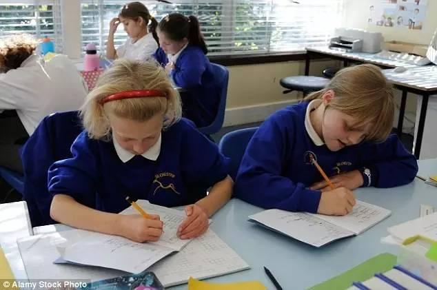 正在做功课的英国小学生们
