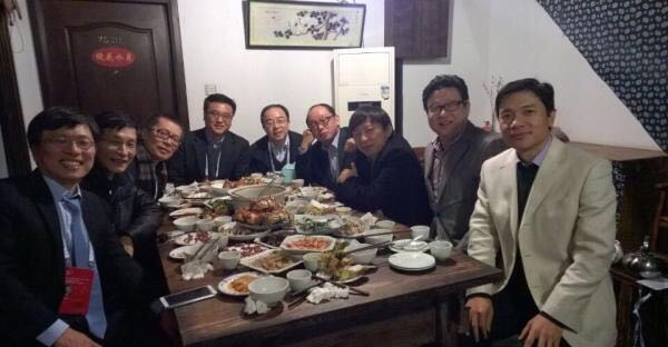 """2014年11月21日晚,中国互联网的""""半壁江山""""围坐在一家小店陈旧的饭桌旁。"""