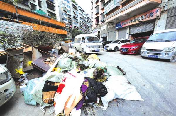 被废弃的包裹堆在堆栈门外的路边。