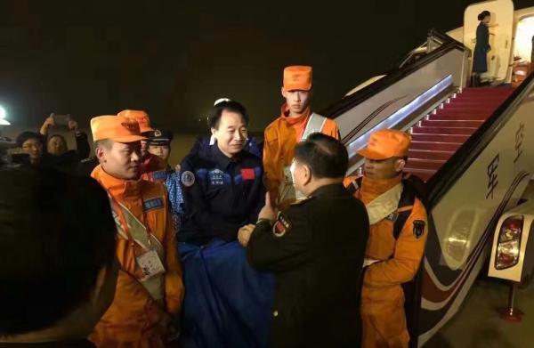圆满完成天宫二号与神舟十一号载人飞行任务的航天员景海鹏、陈冬抵达北京。 @海峡之声 图