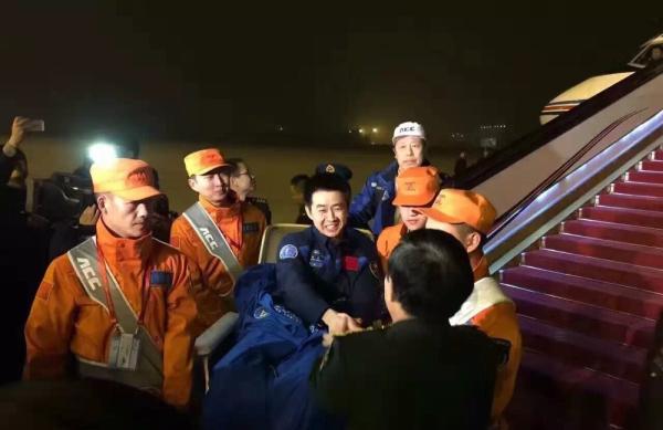 神十一航天员景海鹏、陈冬平安飞抵北京,将进入医学隔离期