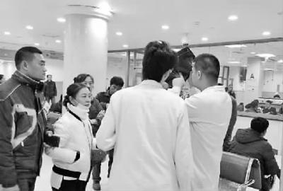 医生正在查看伤者的CT片 新文化记者 苏杭 摄