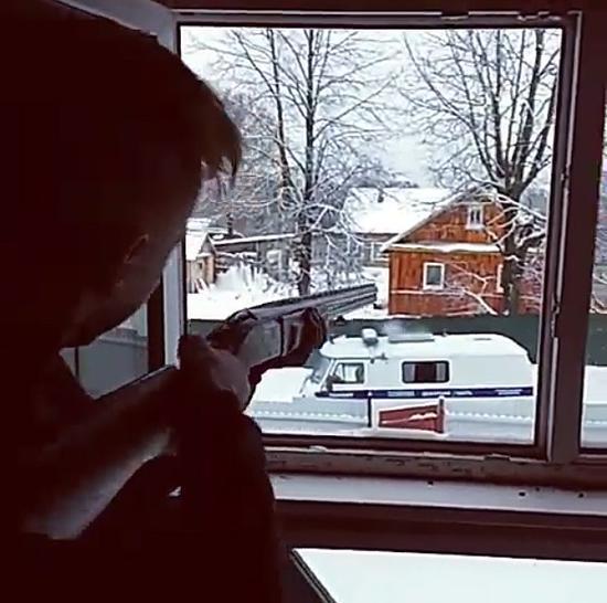 卡佳此前打算和丹尼斯一起到朋友家过夜,母亲反对后遭丹尼斯击中臀部,之后二人私奔。3天后警方包围了他们的藏身之处,二人持枪向警方射击。