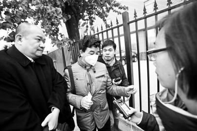 李斯达父亲(左二)达到法院