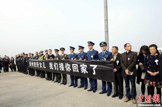 11月18日下午13时50分,一架南边航空班机徐徐下降在四川成都双流世界机场。国家首位歼10战争机女飞翔员余旭义士与爸爸妈妈一同,回到了这片她长大的地盘。安源 摄