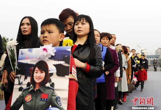 11月18日下午,歼十女飞翔员余旭义士的公祭在四川崇州市体育核心举办。余旭的战友、支属、母校师生以及社会各界人群连续前来献花、祭祀。 中新社记者 安源 摄