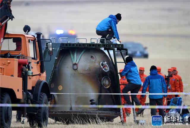 11月18日,工作人员在对返回舱进行处置。新华社记者 任军川