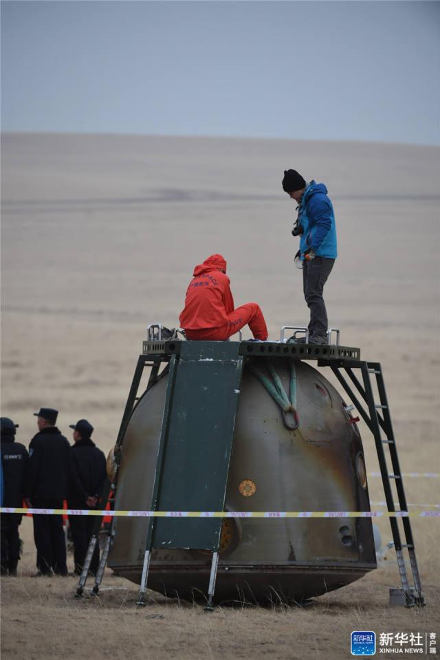 11月18日,工作人员在对返回舱进行处置。新华社记者 连振