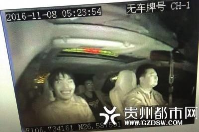 卖掉电缆后,嫌疑人坐上出租车,得意地笑。
