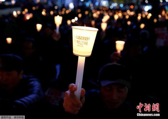 本地时刻2016年11月16日,韩国首尔,本地大众再次举办烛光游行,需要总统朴槿惠下台。