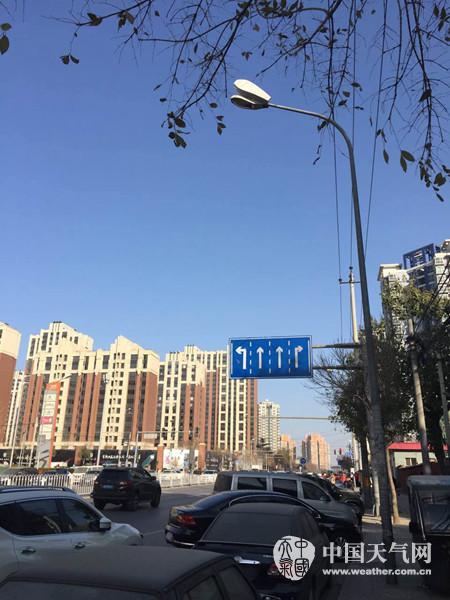昨天上午,北京蓝天重现。(赵凯 摄)