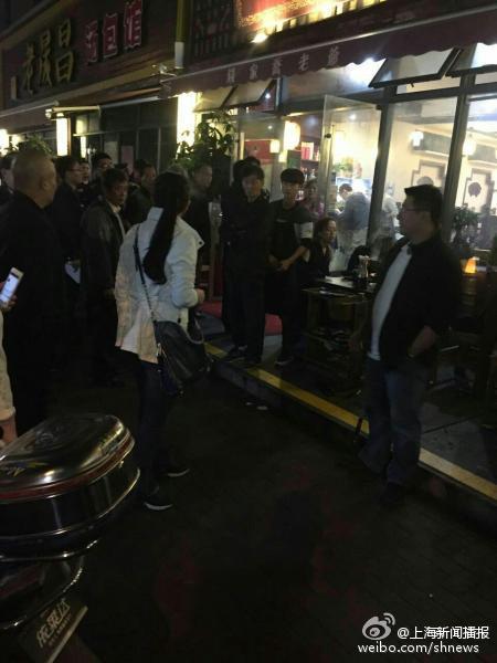 【上海双阳支路一饭店疑似60多人一氧化碳中毒】据网友爆料,18日晚,上海双阳支路一饭店发生一氧化碳中毒事件,一氧化碳超标20倍,60多人中毒。伤者现送到长海医院杨浦区中心医院和新华医院。