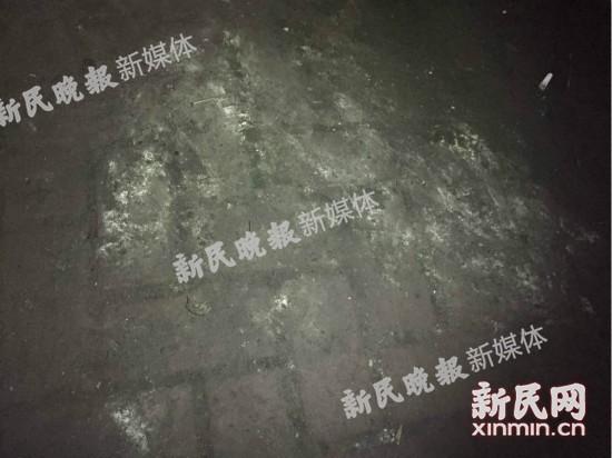火锅店门前的地上疑似残留有烧炭的痕迹。新民网 图