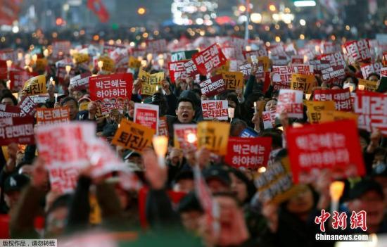 当地时间11月19日,要求韩国总统朴槿惠下台的第四次韩国民众大规模烛光集会在首尔市等46个地区举行。