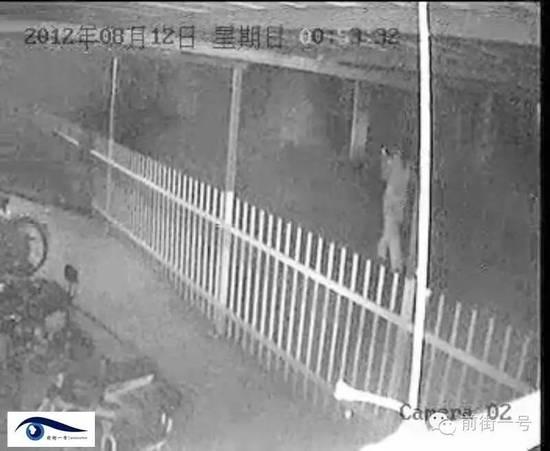 戴莉家门前监控显示,当晚12点53分许,她匆忙跑出家门被一辆车接走。