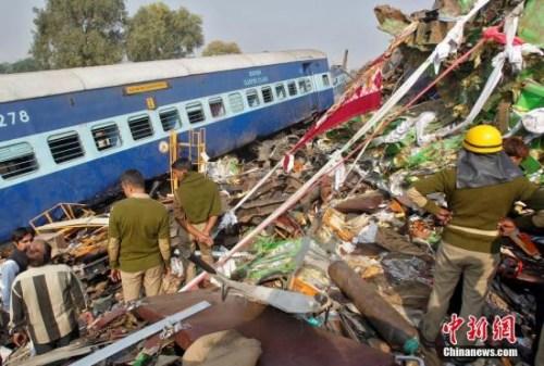 事故地点在印度北方省(Uttar Pradesh)的偏远地区,列车有14节车厢出轨,乘客饱受惊吓,追述事发经过时表示,他们在睡梦中被猛烈的碰撞吓醒。