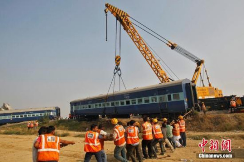 """印度政府2012年曾发布报告说,每年有将近1万5000人死于铁路事故,报告中形容这些罹难者宛如遭""""屠杀""""。"""