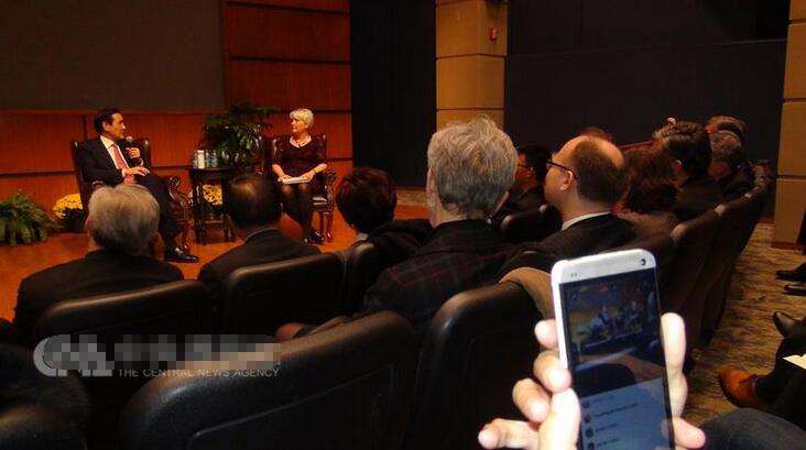 """演说后,马英九与北卡罗来纳州戴维森学院东亚政治学传授任雪丽(Shelly Rigger)座谈,答复有关""""马习会""""和台湾政局等发问,并答复圣母大学师生的归纳成绩。"""