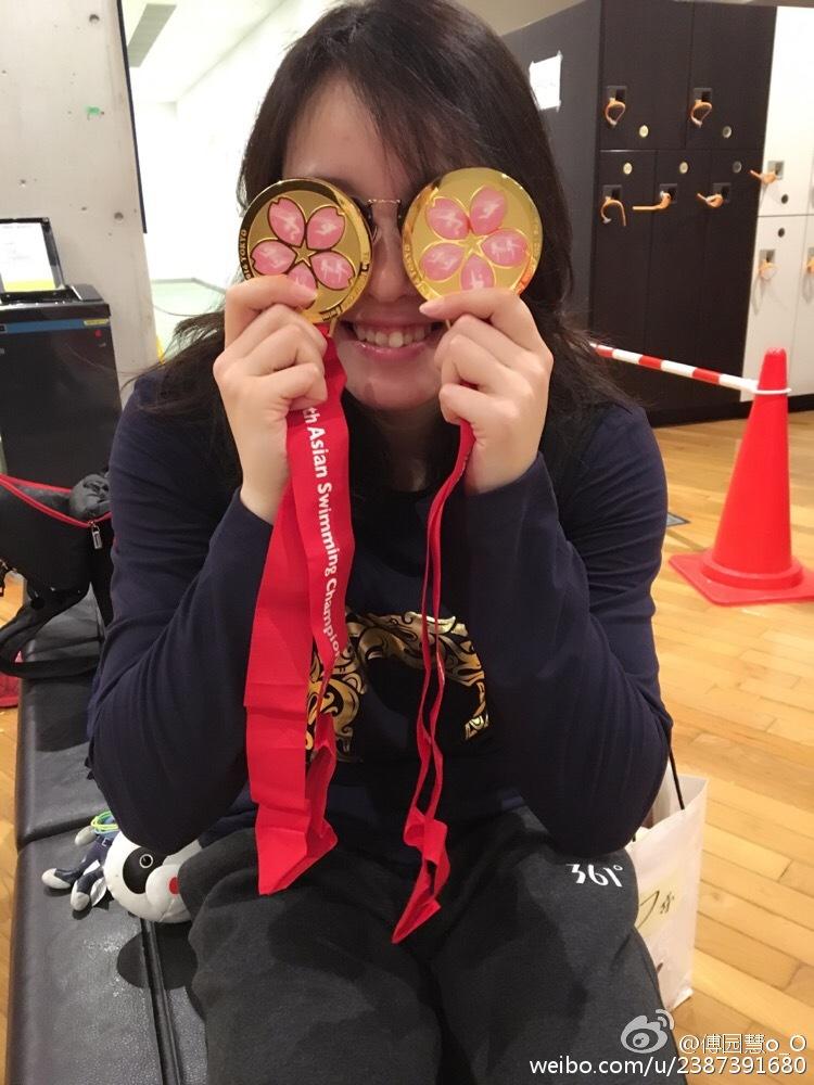 我们看到了她的搞笑,看到了她的荣誉,却差点忽视了背后的辛苦。据CCTV5官方微博,在100米仰泳决赛前,为了让身体尽快兴奋起来,傅园慧竟然用手指在胳膊上抓出了几道血痕。这是有多拼!