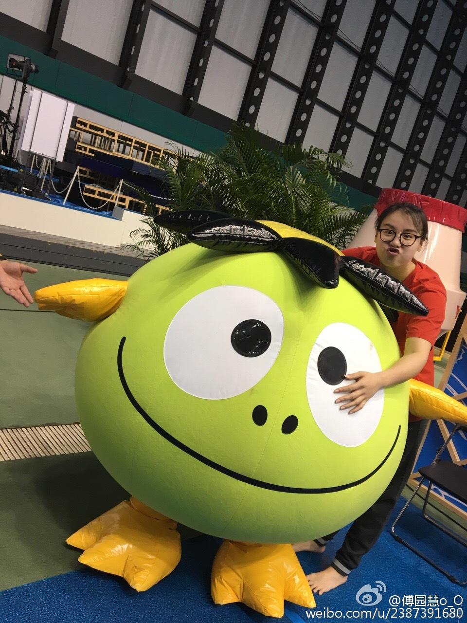 游泳亚锦赛傅园慧获两枚金牌 网友发现赛前她竟把自己胳膊抓出血痕