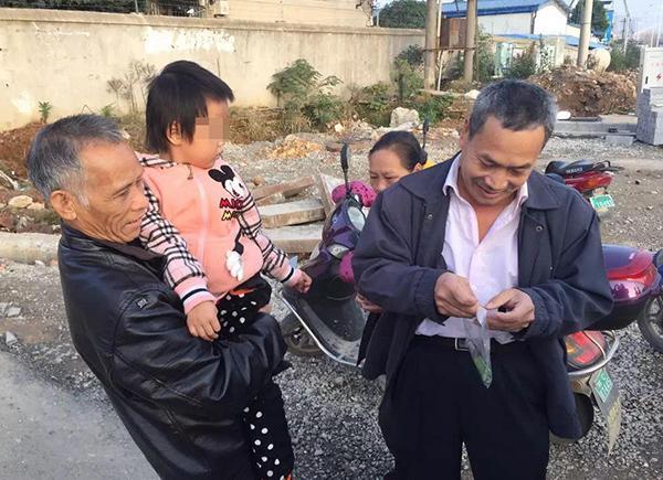 杨才刚表示,因为孩子有时候会嫌这个耳蜗碍事,会顺手把耳蜗扯下来丢掉,所以自己没有注意看,等到公交车开出约200米左右的时候,才发现耳蜗不见了。