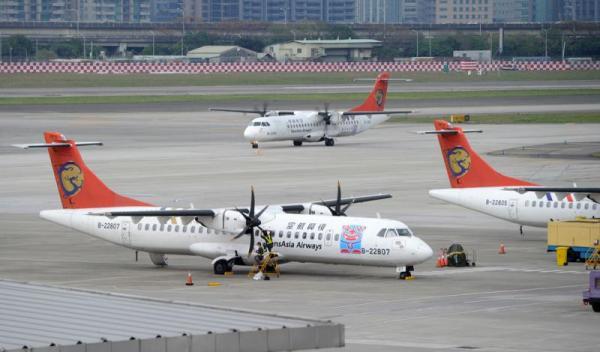 台湾学者认为,复兴航空受到两次空难的形象冲击,让财务状况陷入窘境,再加上今年陆客锐减,收益受到严重打击。