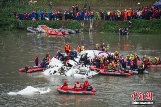 资料图:2015年2月4日上午,搭载58人的台湾复兴航空GE-235班机从台北松山机场起飞后不久坠入基隆河。中新社发 邵航 摄