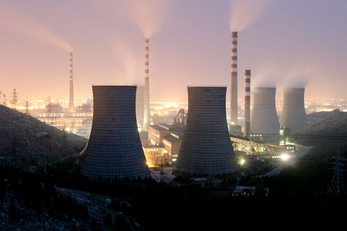 """近期,发改委同能源局、安监局及中国煤炭工业协会召开了""""推动签订中长期合同做好煤炭稳定供应工作电视电话会议"""",要求进一步加快签订中长期合同,建立煤炭行业平稳发展的长效机制。会议指出,全国所有具备安全生产条件的合法合规煤矿,在采暖季结束前均可按照330个工作日生产。"""